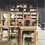 Giá sách bằng gỗ cho quán cà phê