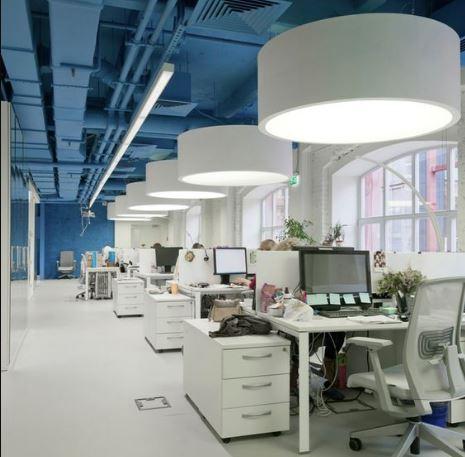 Văn phòng làm việc với gam màu trắng xanh nhẹ nhàng