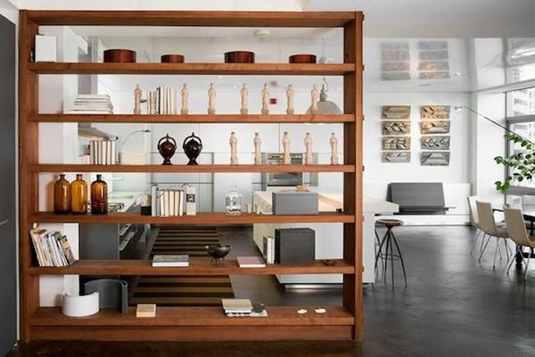 vách ngăn giữa phòng khách và phòng ăn gỗ tự nhiên