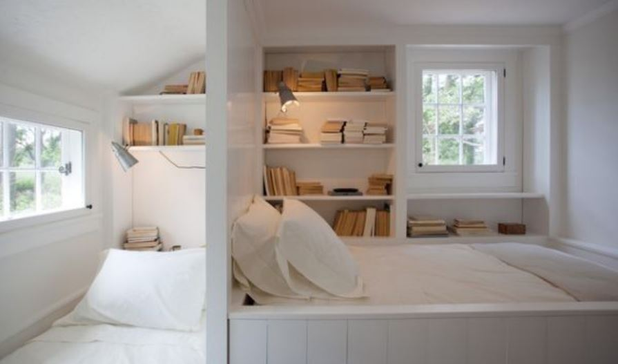 Tận dụng không gian trên tường làm giá sách