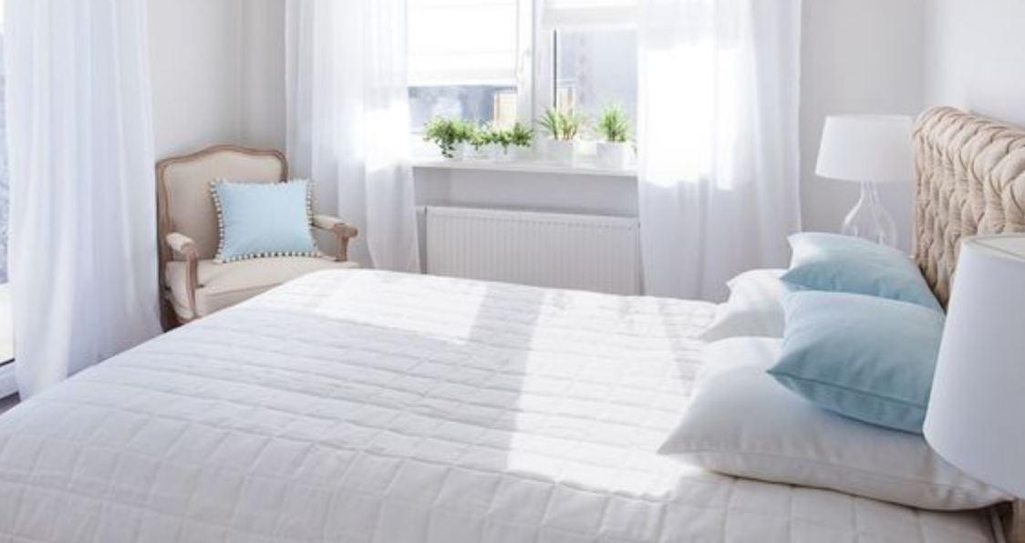 Phòng ngủ nhỏ với tông trắng nhẹ nhàng