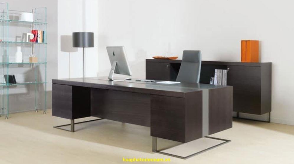 Kiểu dáng của bàn ghế giám đốc hiện đại mang lại sự ấn tượng cho không gian nội thất căn phòng làm việc lãnh đạo