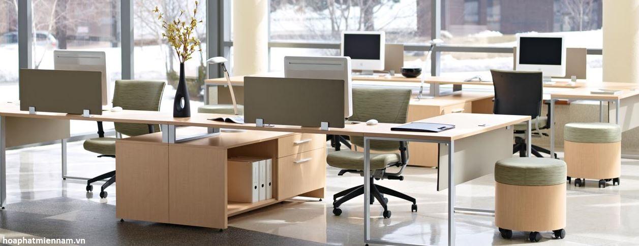 Cách bố trí bàn theo nhóm giúp tiết kiệm không gian, thuận tiện làm việc