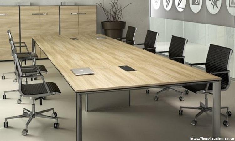 Với không gian hẹp, một mẫu bàn làm việc trơn đơn giản sẻ tạo sự thông thoáng hơn