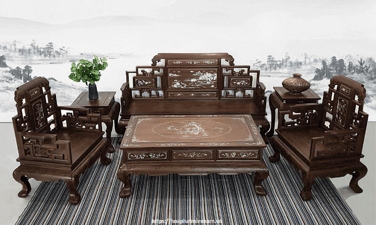 Họa tiết tỉ mỉ khiến bộ bàn ghế trở nên độc đáo.