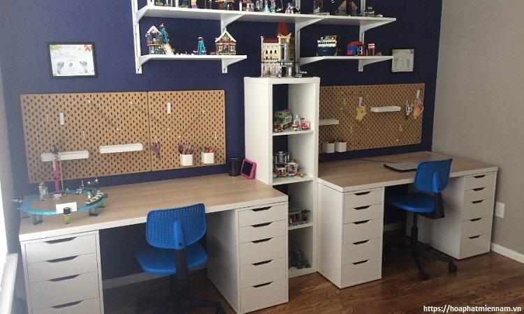 Lựa chọn các mẫu bàn học đôi có màu sắc hài hòa với không gian phòng của bé