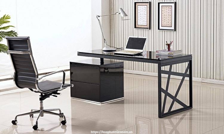 Chiếc bàn cho người mệnh thủy thường có chất liệu kính hoặc gỗ