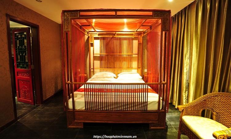 Không gian phòng ngủ sắc đỏ với rèm che