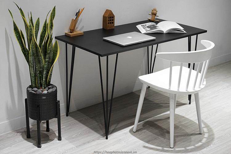 Mẫu bàn có chân sắt mặt gỗ sẽ giúp bạn tối giản diện tích