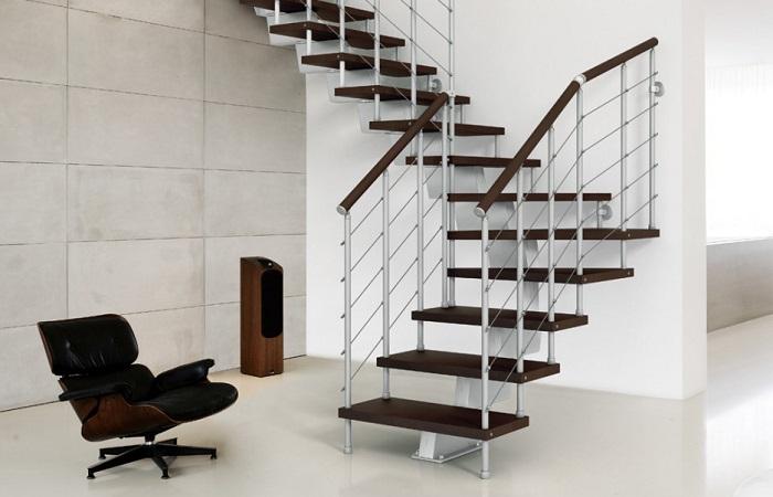 Gam màu trầm ấm được sử dụng nhiều khi thiết kế cầu thang gác lửng