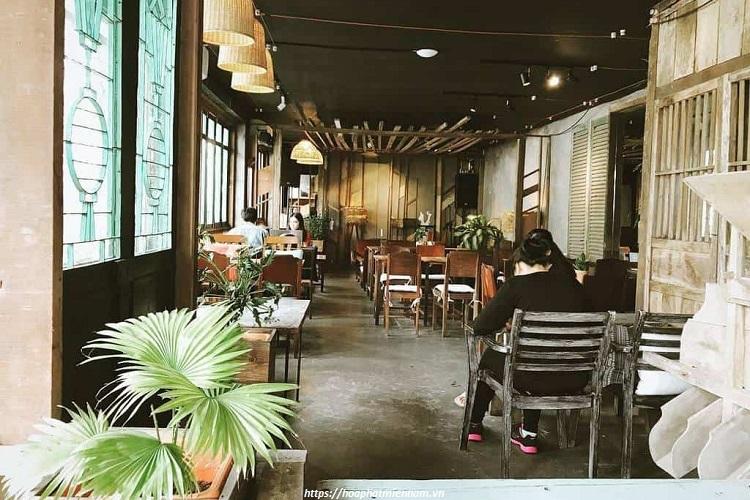 Lối phong cách bàn ghế thiết kế củ với nhiều loại làm nên thương hiệu cho một quán cafe nhiều năm tuổi