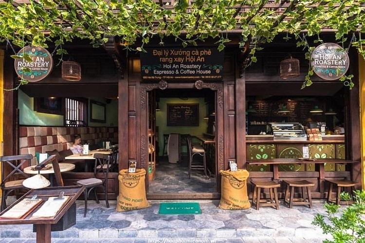 Thiên nhiên bao trùm không gian mặt tiền quán cafe cổ Vintage