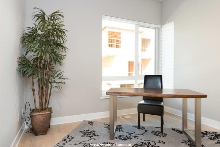 Mẫu bàn văn phòng bằng gỗ tự nhiên với chân trám bóng hiện đại