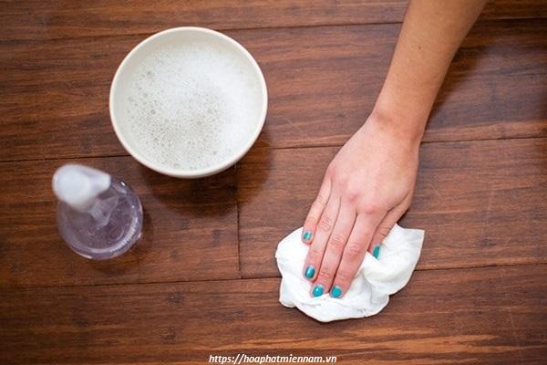 Làm sạch bàn bằng xà phòng và nước ấm