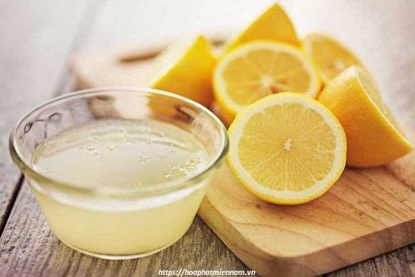 Sử dụng dấm hoặc nước chanh pha loãng