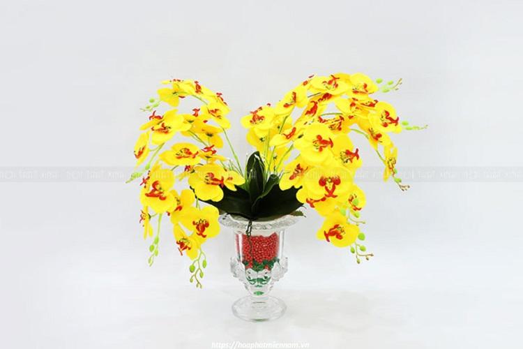Hãy chọn ngay loài hoa tinh tế nhất để trang trí khiến bục tượng trở nên đẹp và trang trọng hơn nhé