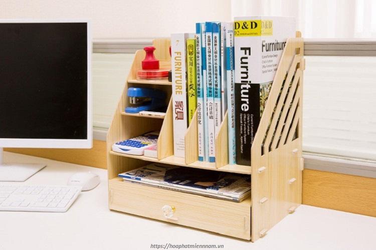 Kệ gỗ handmade giúp bàn làm việc sang trọng và hiện đại hơn.