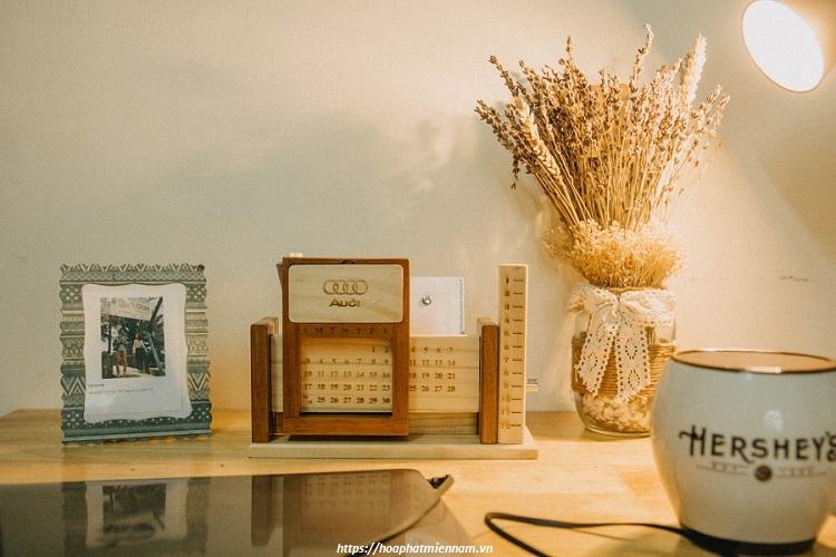 Kệ lịch gỗ phong cách vintage