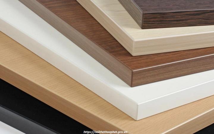 Các mặt bàn gỗ với nhiều màu sắc lựa chọn