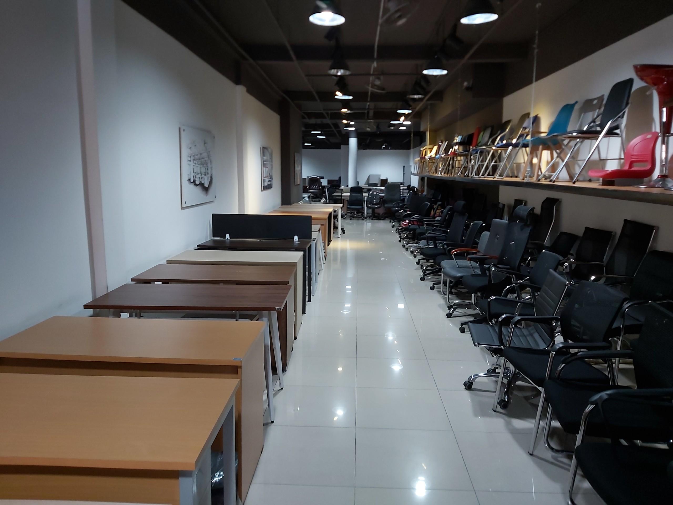 Không gian bên trong showrom nội thất văn phòng hoaphatmiennam.vn