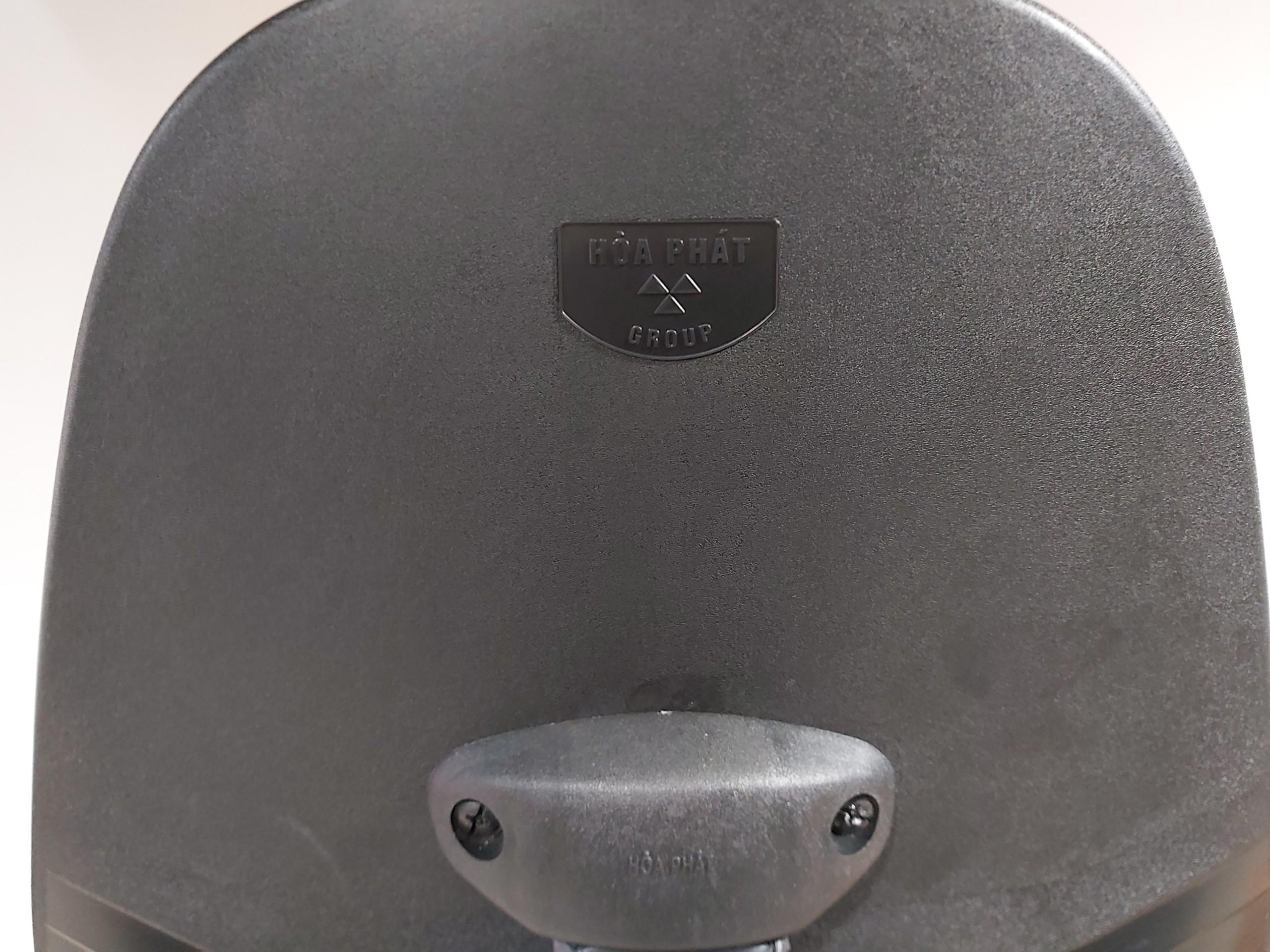 Ảnh cận cảnh phần tựa lưng ghế SG550 với logo Hòa Phát in liền khối