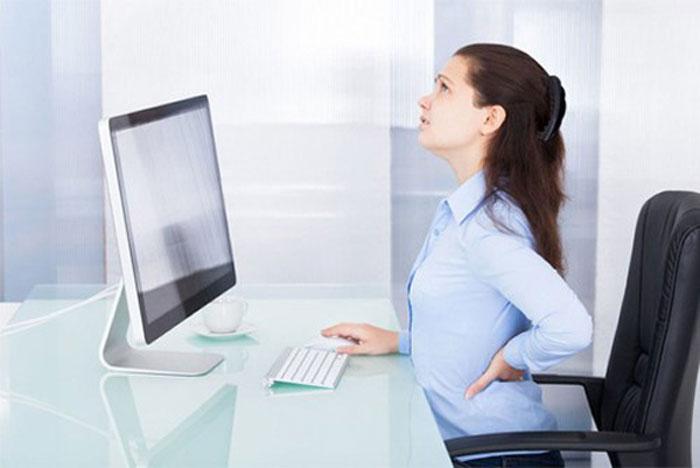 Ngồi làm việc một tư thế quá lâu có thể ảnh hưởng đến lưng