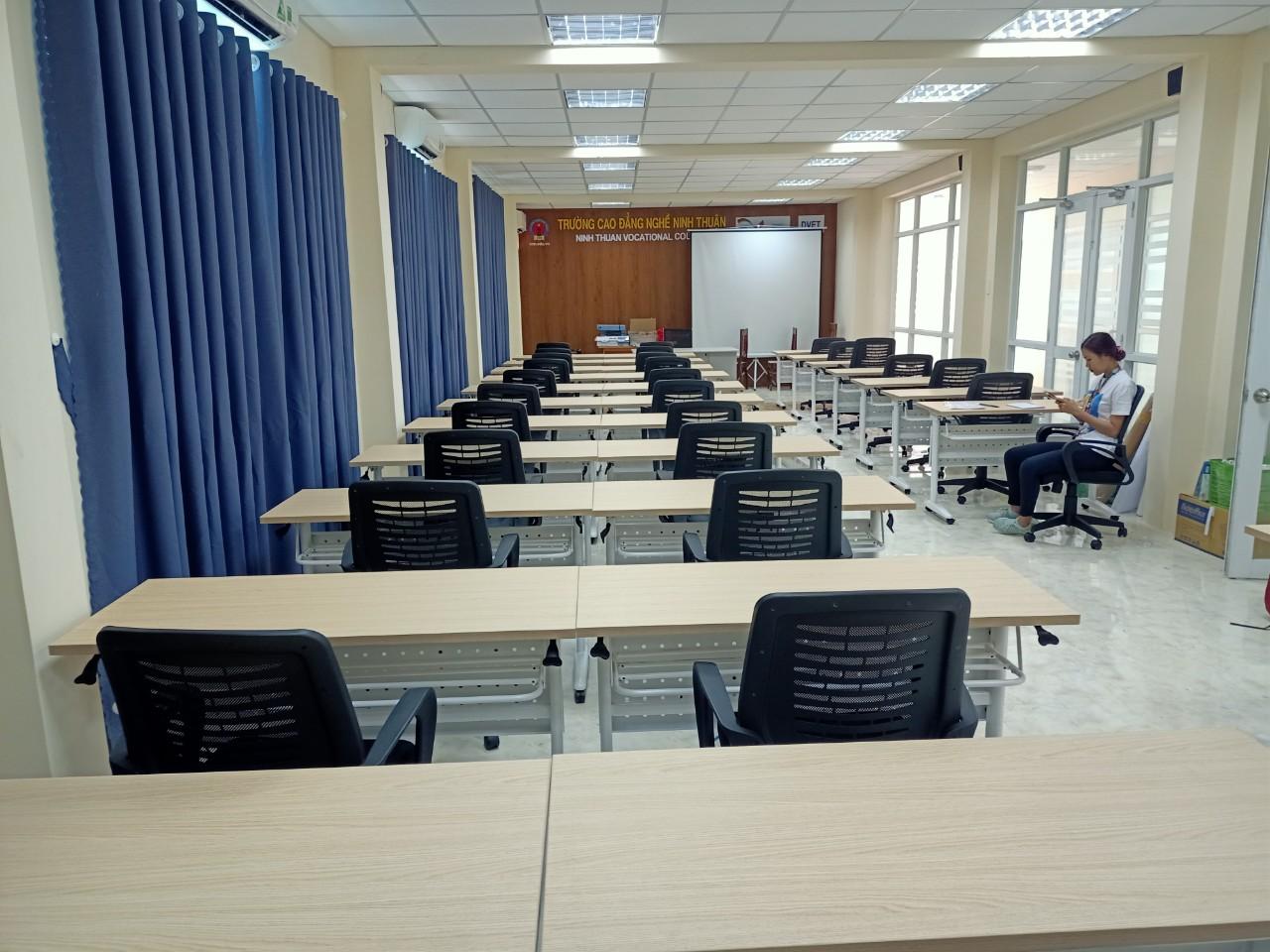 bàn ghế hội trường cao đẳng nghề ninh thuận