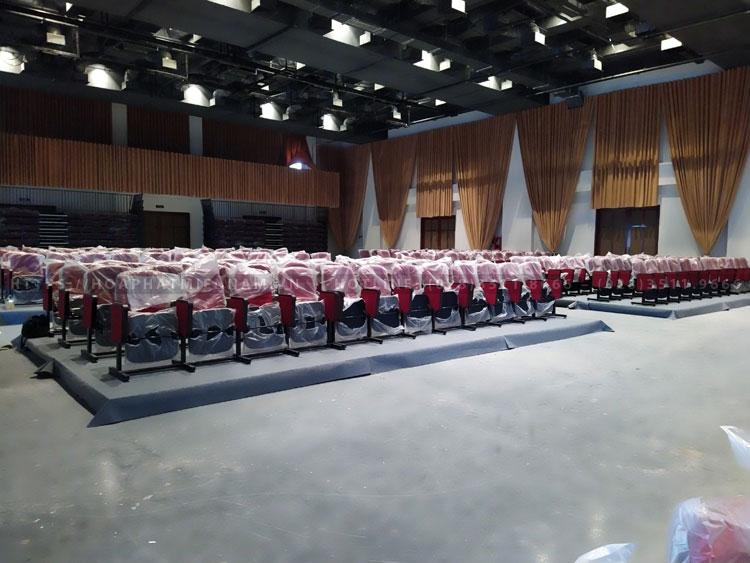 Hình ảnh ghế hội trường đang được hoàn thiện trong khu vực hội trường Trung Tâm Văn Hóa