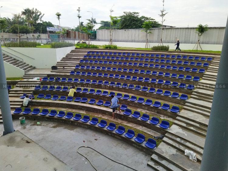 Hình ảnh đội ngũ nhân viên hoaphatmiennam.vn đang thi công lắp ráp hạng mục ghế sân vận động trên khu vực chỉ định