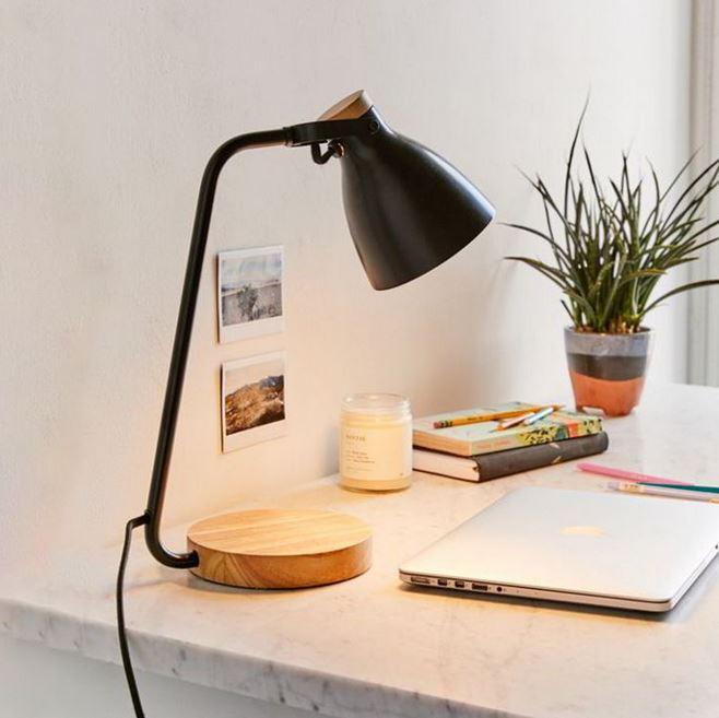 Đế chân đèn bằng gỗ tô điểm thêm cho một góc làm việc đẹp