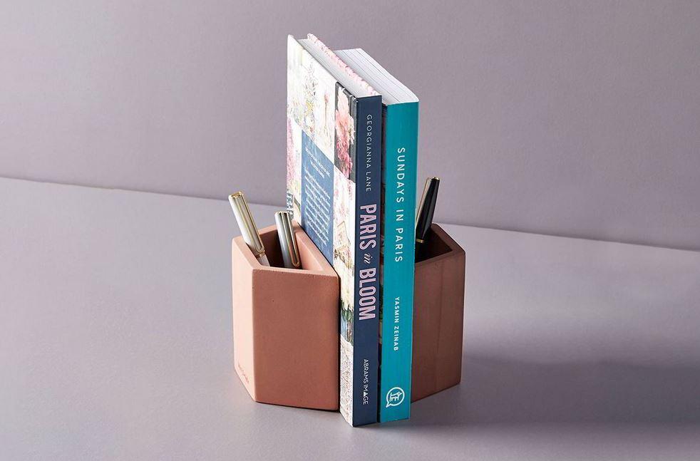 Chặn sách thiết kế thêm ống đựng bút khá tiện lợi