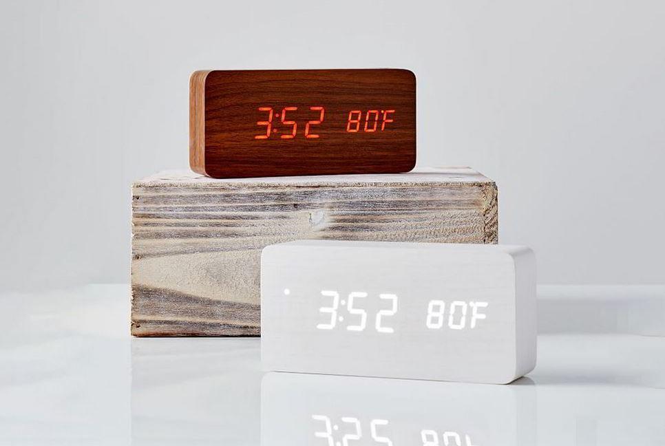 Những chiếc đồng hồ điện tử bằng gồ giúp góc làm việc thêm tinh tế hơn