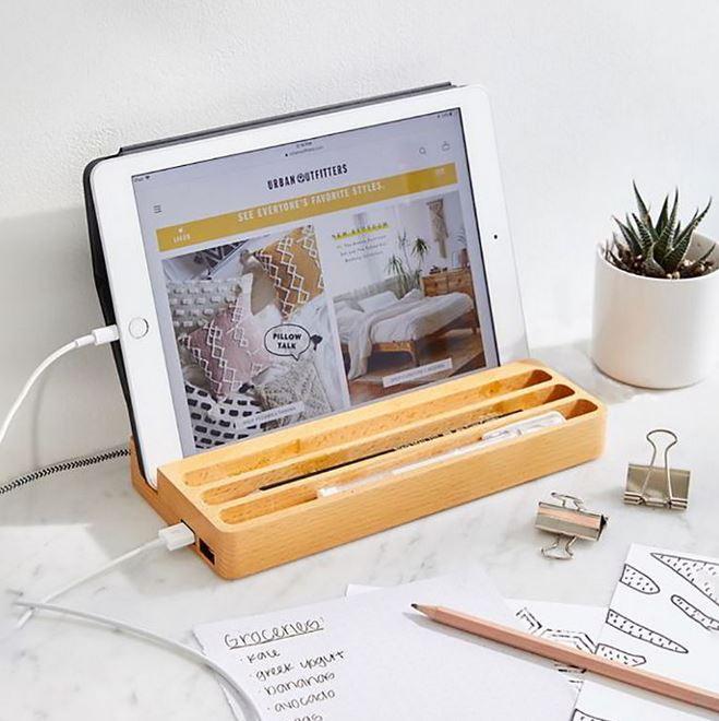 Trang bị thêm khay đựng bút giúp chiếc bàn trở nên gọn gàng hơn