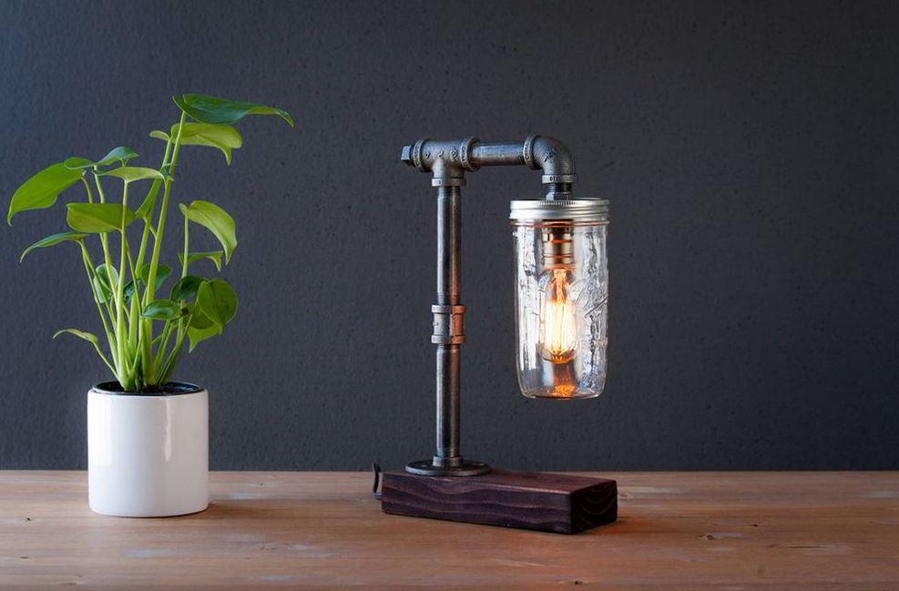 Chiếc đèn được làm khá tinh tế bằng ống nước sắt