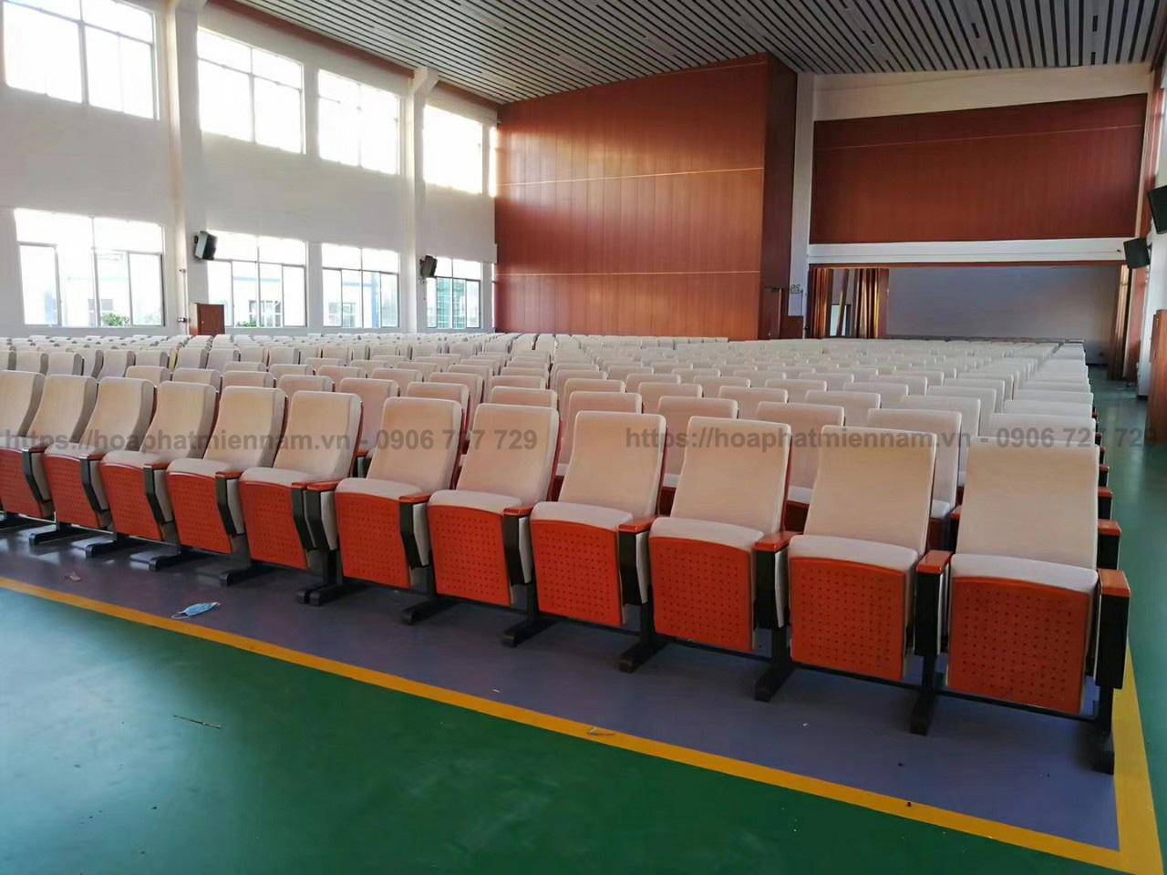 Hệ thống âm thanh kết hợp ốp gỗ tại hội trường