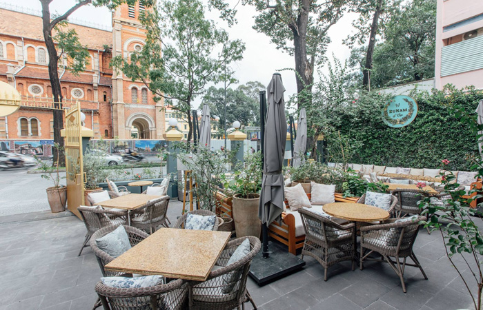 Quán cà phê Runam D'or ngự tại trung tâm Quận 1 là nơi hẹn hò của nhiều nghệ sĩ nổi tiếng