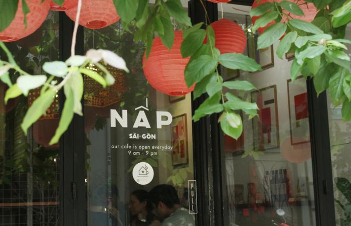 Cửa lối ra vào in hình logo cafe Nấp chính hiệu
