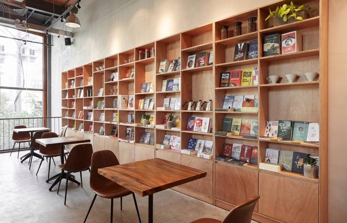 Không gian với sách tại The Coffee House Signature quận 1