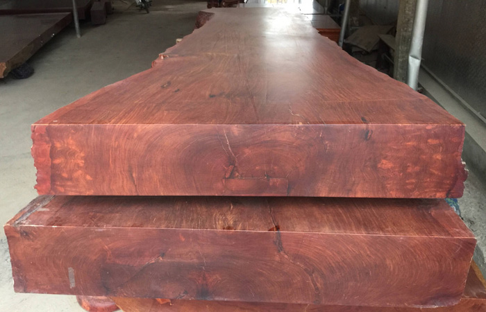 Gỗ Hương với độ quý và tính bền chắc được ưa chuộng trong sản xuất các vật dụng nội thất bàn, ghế, tủ