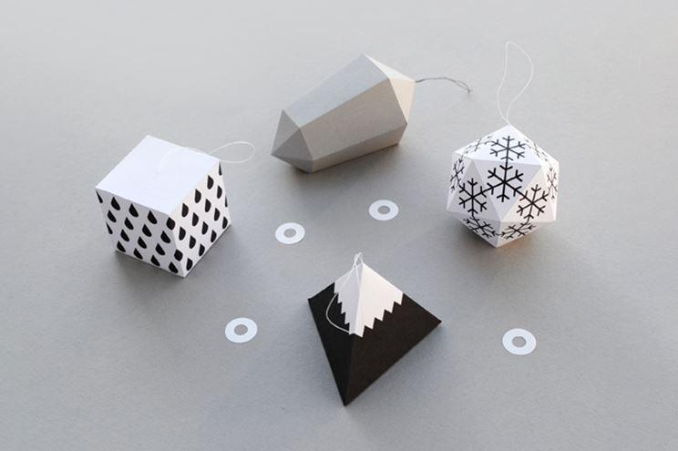 Từ những tấm bìa cứng được cắt và gấp tạo hình quả cầu khá đẹp mắt