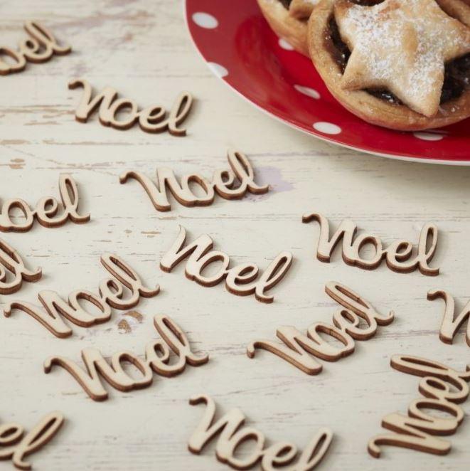 """Chữ cái """"NOEL"""" được bằng gỗ mộc mạc và giản dị"""