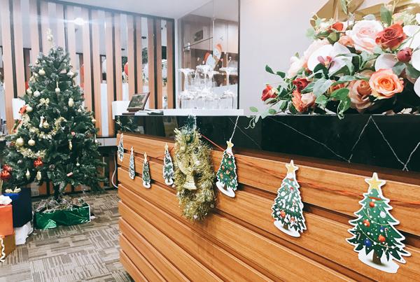 Ý tưởng trang trí Noel cho văn phòng 2020 với vòng lá mùa vọng