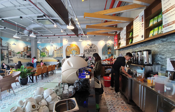 không gian quầy pha chế một quán trà sữa Yotea