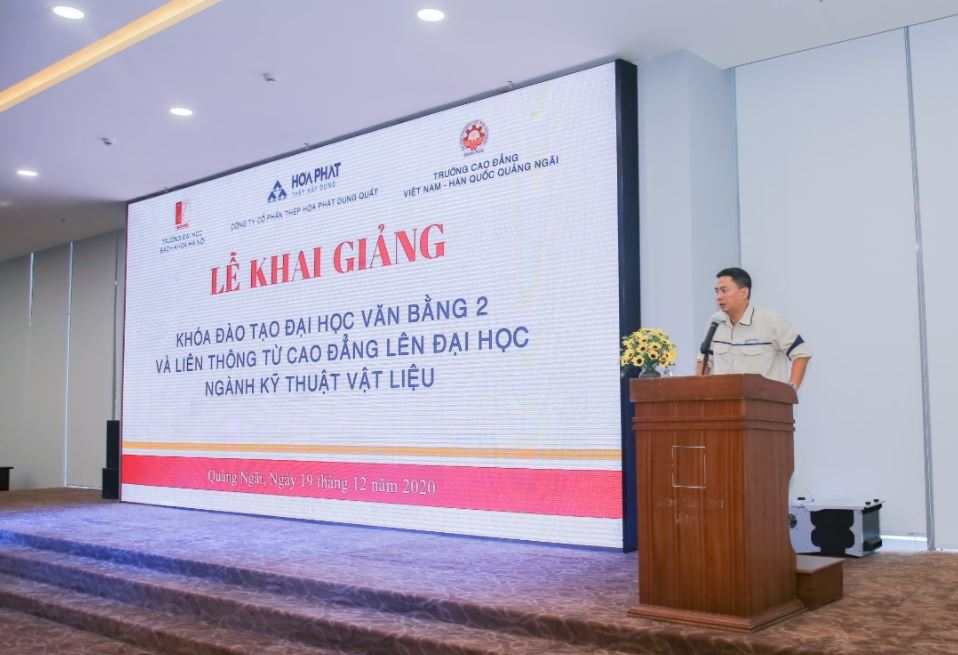 Ông Nguyễn Quang Tùng – Phó Giám đốc Công ty Cổ phần Thép Hòa Phát Dung Quất phát biểu tại Lễ khai giảng