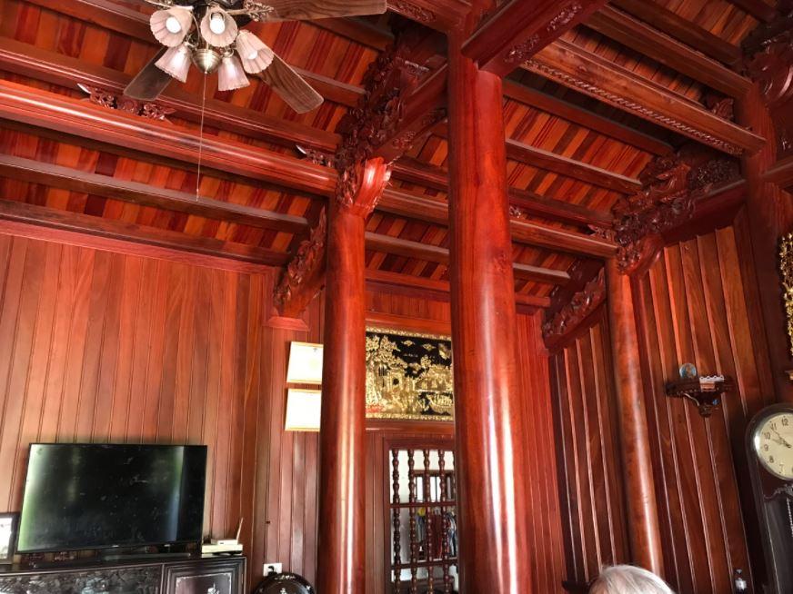 cột nhà bằng gỗ lim