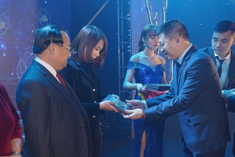 Ông Hoàng Đức Thuận - Giám đốc Công ty TNHH Tôn Hòa Phát trao bảng vinh danh và quà tặng cho các đại lý Tôn xuất sắc