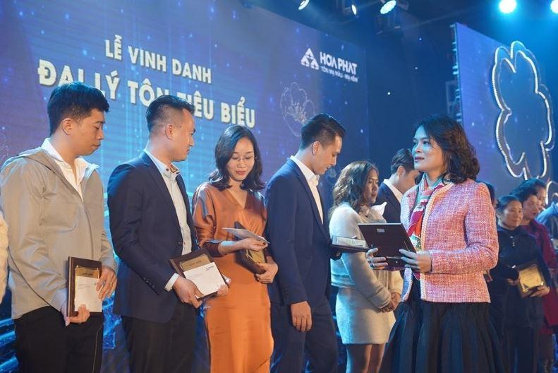 Bà Đỗ Hải Yến, PGĐ Công ty trao bảng vinh danh và quà tặng cho đại lý Tôn tiêu biểu