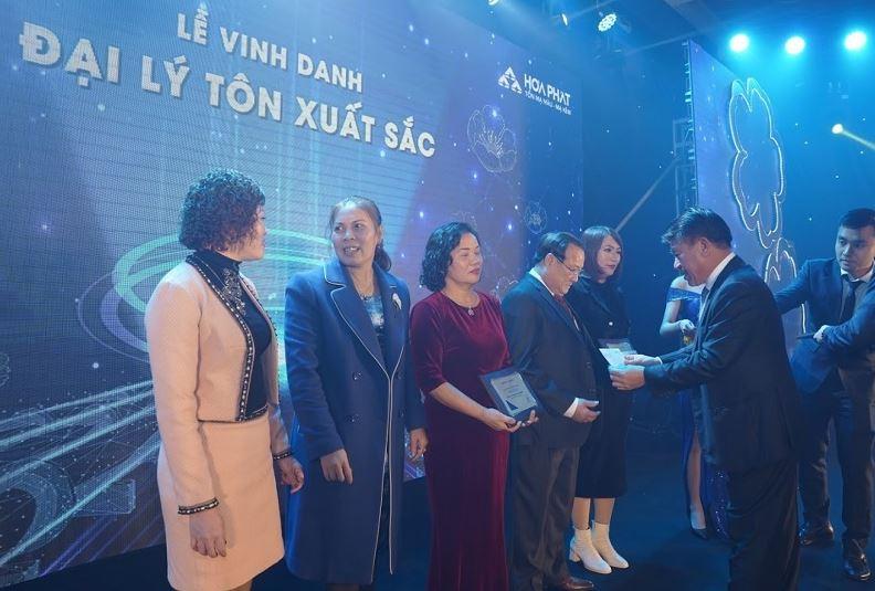 Ông Nguyễn Mạnh Tuấn – Tổng Giám đốc TCT trao bảng vinh danh và quà tặng cho các đại lý Tôn xuất sắc