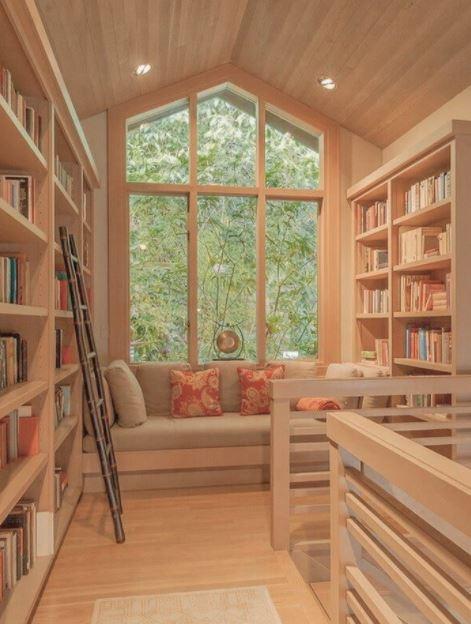 Căn phòng đọc sách mộc mạc và lôi cuốn với chất liệu gỗ