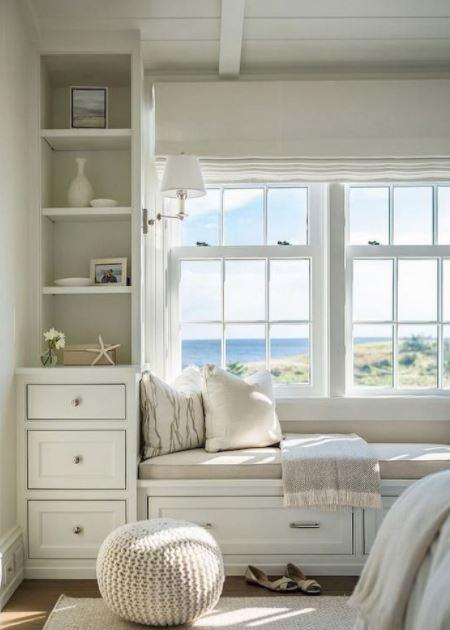 Góc đọc sách tinh tế gần cửa sổ